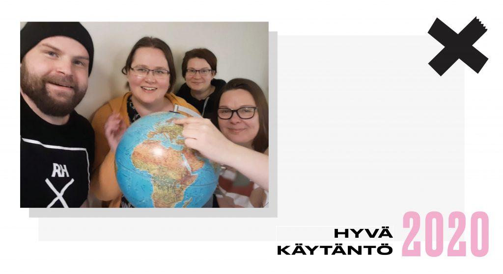 Hyvä käytäntö 2020. Josnan työntekijät osoittavat Joensuuta karttapallolla.